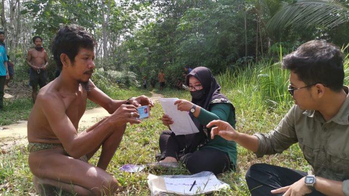 Orang Rimba menerima bantuan sosial di tengah pandemi Covid-19. Foto: ID COMM