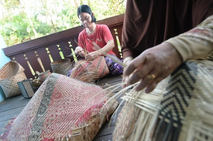 Perajin Anyaman di Kabupaten Sitang, Kalimantan Barat. Foto: LTKL