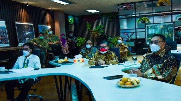 Wakil Menteri Lingkungan Hidup dan Kehutanan (LHK) Alue Dohong (di tengah) pada saat telekonferensi bersama dengan awak media (27/8/2021) menerangkan bahwa pemerintah Indonesia telah menetapkan Strategi Jangka Panjang Rendah Karbon dan Ketahanan Iklim melalui dokumen Long Term Strategy for Low Carbon and Climate Resilience (LTS-LCCR) 2050. Foto: KLHK