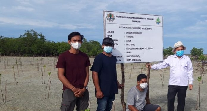 Ones (baju putih), Pokja BGRM Wilayah Sumatera, bersama pengurus Kelompok Usaha Perhutanan Sosial (KUPS) Kemantang, Desa Terong, Sijuk, Belitung. Foto: KLHK