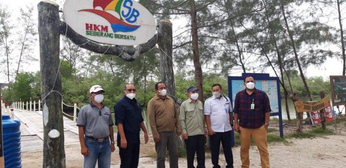 Dirjen PDAS RH KLHK Helmi Basalam, didampingi Direktur KTA Zaenal Arifin dan Ketua Pokja Program PEN Mangrove BGRM Wilayah Sumatera Ones, Selasa bertandang ke HKm Juru Seberang, Belitung. Helmi terkesima kagum melihat potensi yang dikembangkan dan minta agar organisasi kelompok tani hutan tingkat tampak diperkuat. Foto: KLHK